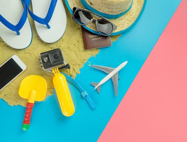 Moda de viajes de verano para niños en el espacio de copia azul rosa