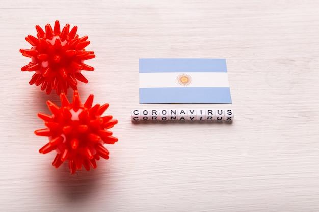 Modelo abstracto de la cepa del virus del coronavirus del síndrome respiratorio de oriente medio 2019-ncov o coronavirus covid-19 con texto y bandera argentina en blanco