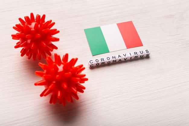 Modelo abstracto de la cepa del virus del coronavirus del síndrome respiratorio de oriente medio 2019-ncov o coronavirus covid-19 con texto y bandera italia en blanco