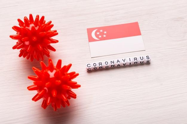 Modelo abstracto de la cepa del virus del coronavirus del síndrome respiratorio de oriente medio 2019-ncov o coronavirus covid-19 con texto y bandera singapur en blanco