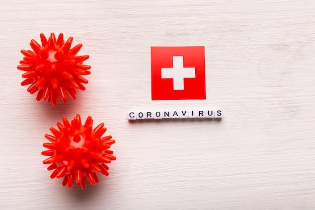 Modelo abstracto de la cepa del virus del coronavirus del síndrome respiratorio de oriente medio 2019-ncov o coronavirus covid-19 con texto y bandera suiza en blanco