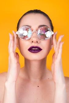 Modelo arreglando gafas de colores