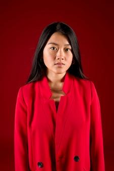 Modelo asiático de tiro medio en rojo.
