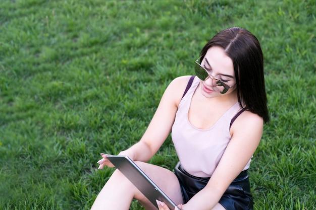 Modelo atractivo que disfruta de tiempo libre con tablet pc