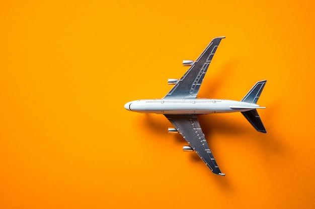 Modelo de avión, avión aislado en amarillo