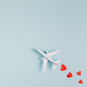 Modelo de avión de juguete con corazones leídos.