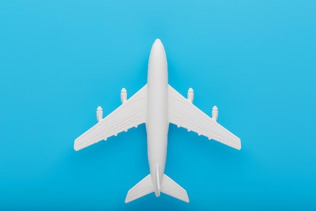 Modelo de avión de pasajeros sobre un fondo azul.