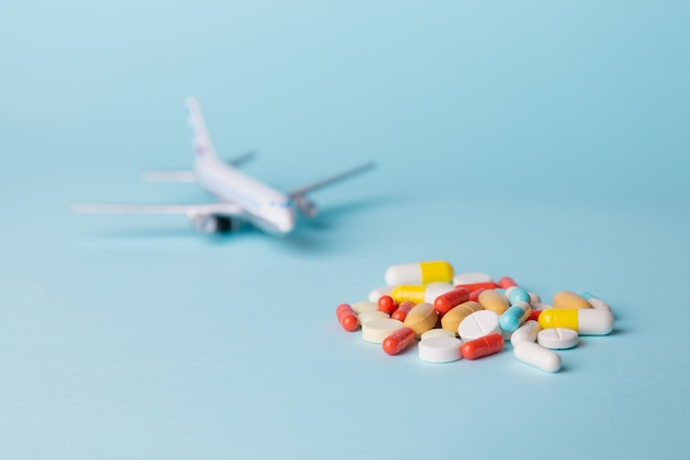 Modelo de avión con píldoras multicolores de mareos dispersos