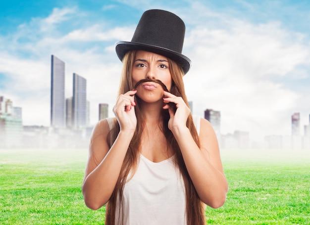 Modelo bigote divertido expresión creativa Foto gratis