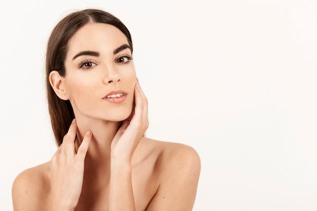 Modelo con la cara perfecta tras el tratamiento de belleza