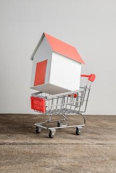 Modelo de casa en carrito de compras.