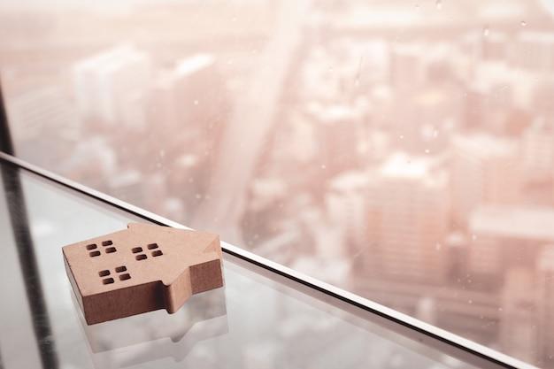 Modelo de casa en mesa de cristal
