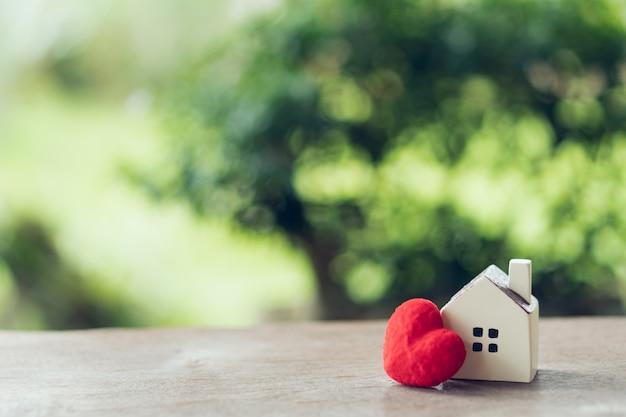 Un modelo de casa modelo .uso como concepto de negocio de fondo y concepto de bienes raíces.
