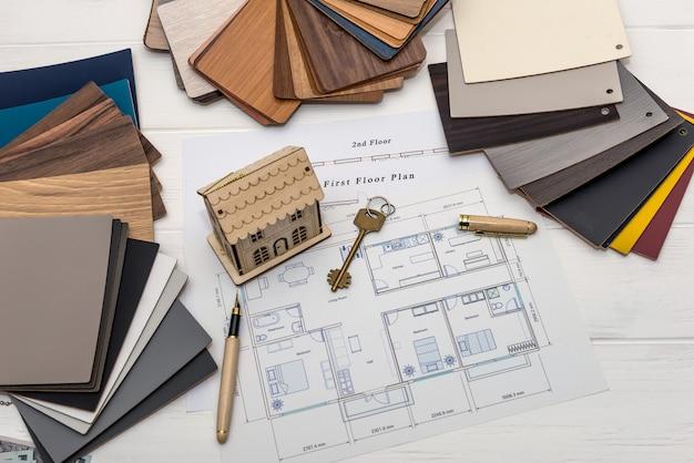 Modelo de casa con muestrarios de madera para decoración y proyecto.