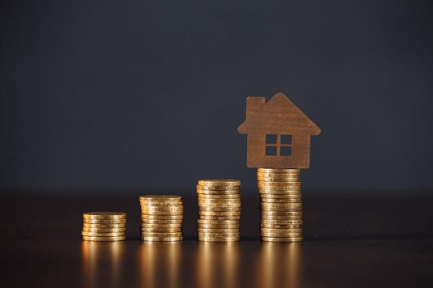 Modelo de la casa en la pila de monedas. crecimiento del concepto de crédito hipotecario.