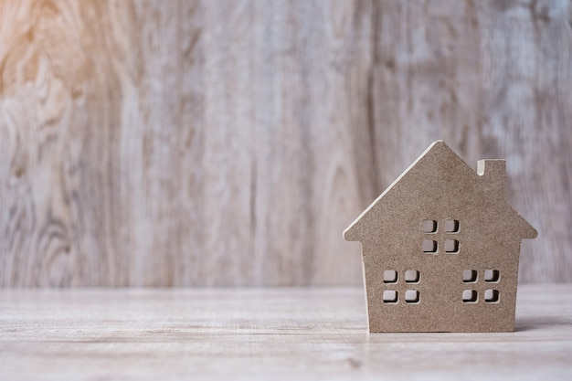 Modelo de casa sobre superficie de madera