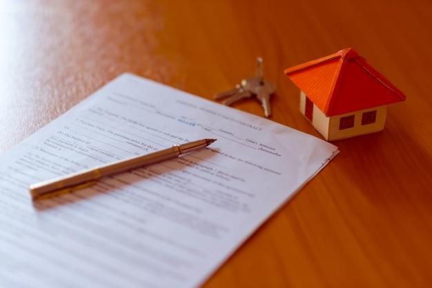 Modelo de casa para la venta y gráficos. concepto de bienes raíces.