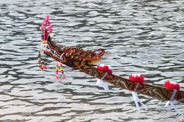 Modelo colorido de la cabeza una nave de la serpiente en un modelo hermoso del río.