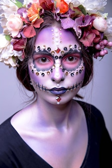 Modelo de halloween con piedras de strass y corona de flores