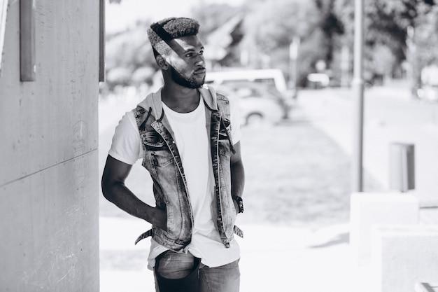 Modelo de hombre afroamericano en el parque