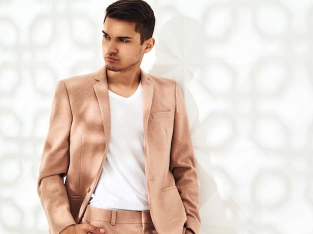 Modelo elegante vestido con elegante traje rosa claro