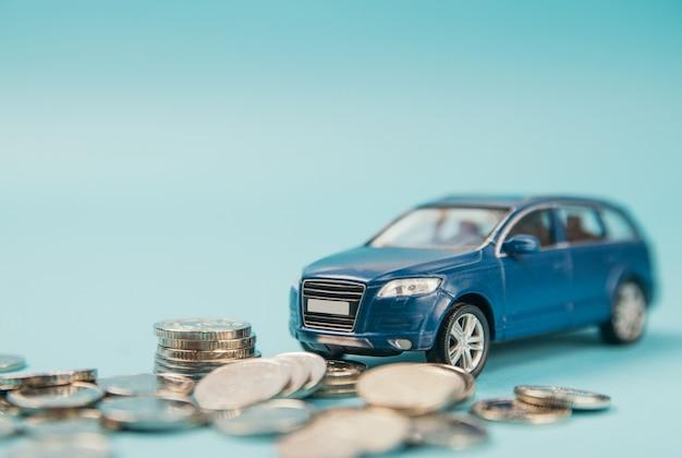 Modelo de estacionamiento de coches suv de juguete azul en monedas
