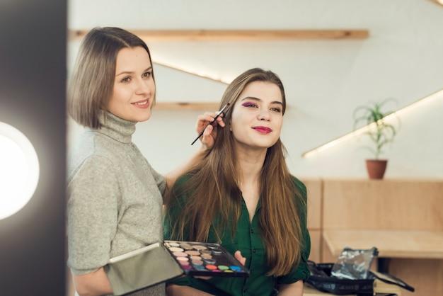 Modelo y estilista mirando el espejo