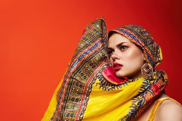 Modelo de estudio de glamour de maquillaje de pañuelo multicolor de etnia hermosa mujer