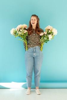 Modelo feliz con ramos de flores