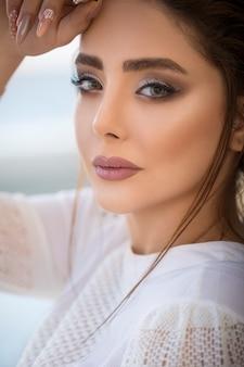 Modelo femenino en comercial de maquillaje otoño invierno