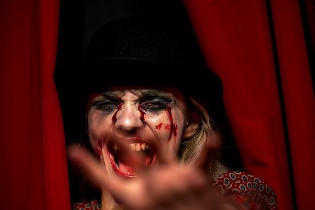 Modelo femenino de halloween gritando