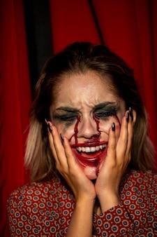 Modelo femenino de halloween sosteniendo su cabeza