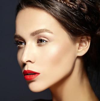 Modelo femenino con labios rojos y maquillaje fresco
