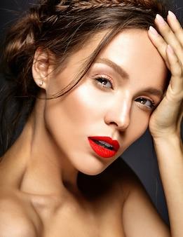 Modelo femenino con maquillaje diario fresco