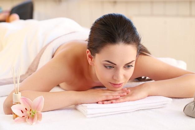 Modelo femenino con masaje en el spa