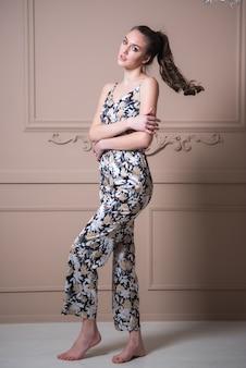 Modelo femenino en pijama mujer en ropa de dormir