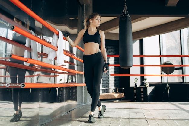 Modelo de fitness con una hermosa figura deportiva para anunciar ropa y una dieta saludable