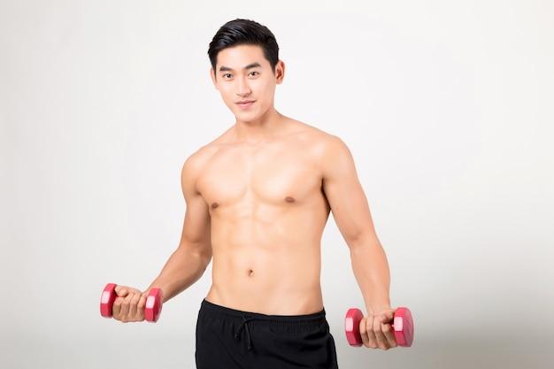 Modelo de fitness masculino mostrar cuerpo fuerte en blanco