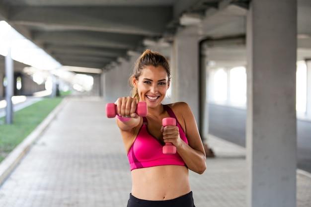 Modelo de fitness trabajando en la calle