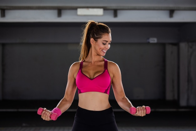 Modelo de fitness trabajando