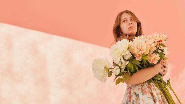 Modelo con flores preciosas