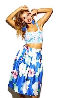 Modelo de glamour elegante hermosa mujer joven en ropa casual hipster. linda chica posando en studio