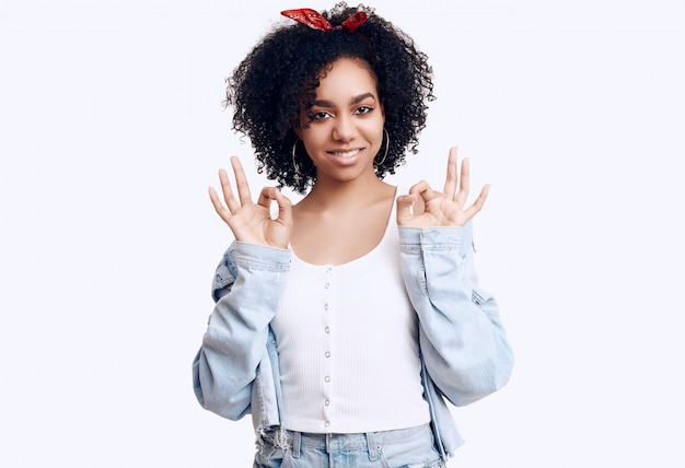 Modelo de glamour elegante hippie negro adolescente mujer con cabello rizado