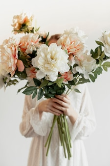 Modelo con hermoso ramo de flores