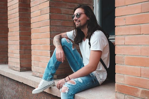 Modelo hipster con el pelo largo