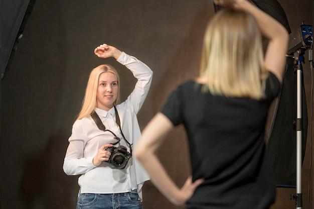 Modelo imitando a la fotógrafa