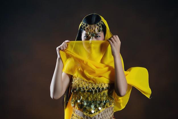 Modelo indio hindú joven hermoso de la mujer. traje indio tradicional sari amarillo.