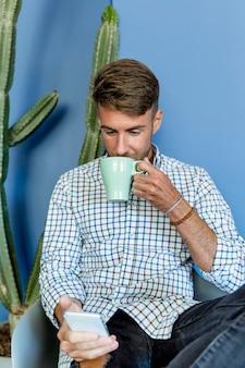 Modelo joven tomándose un café