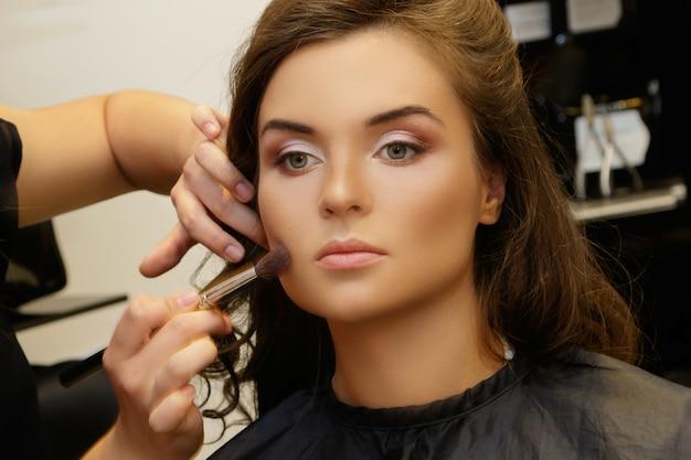 Modelo y maquilladora