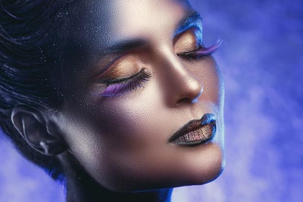 Modelo con un maquillaje vivo hermoso y creativo.
